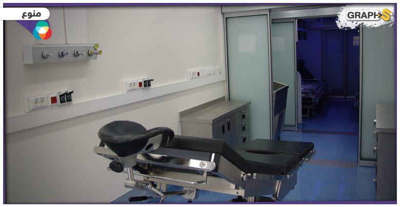 ممرض مع طفلة داخل غرفة العمليات