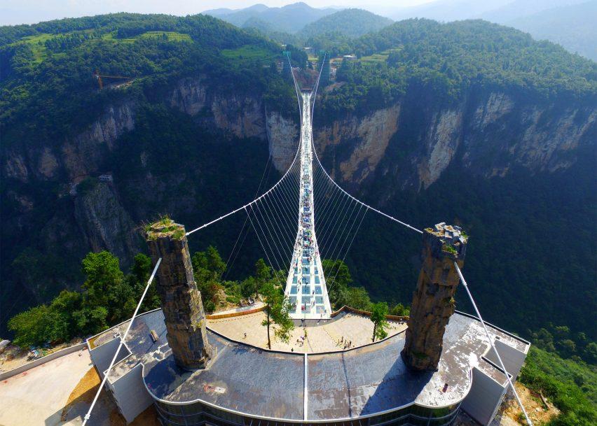 جسر الصين الزجاجي المتموج