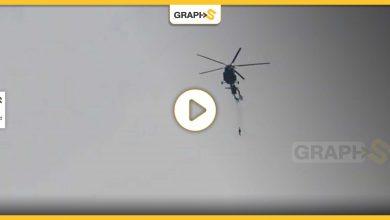 مظلي يعلق بزيل الطائرة