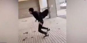 رياح عاتية تهاجم الصينيين في الشوارع