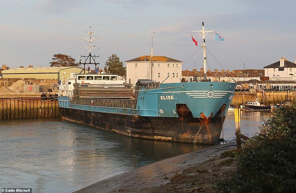 جنوح سفينة شحن ضخمة