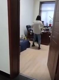 ردة فعل مثيرة لموظفة