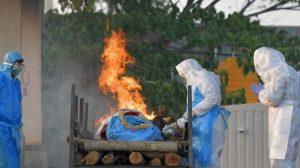 مواقد نار ملتهبة لحرق الجثث في الهند