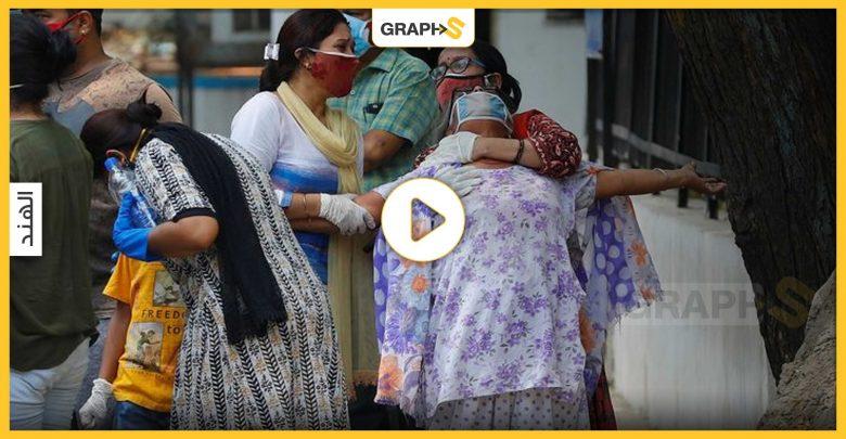 هنود يلقون جثث ضحايا الوباء
