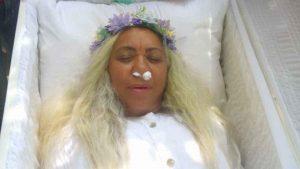 """سيدة تقيم جنازة """"تدريبية"""" لها"""