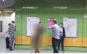 شاب خلع ملابسه داخل محطة ميترو