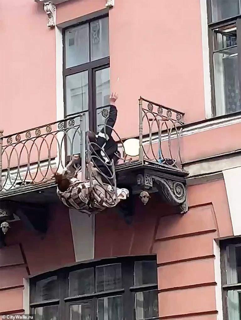 سقوط مروع لحبيبين من شرفة الطابق