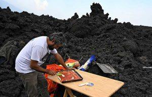 رحالة يطهو البيتزا فوق الحمم البركانية