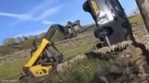 مزارع غاضب يحطم سيارة فارهة في بريطانيا