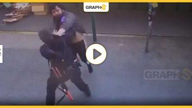 مشرد يهاجم شرطية أمريكية