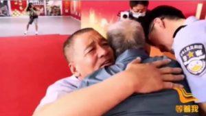 بدموع الفرح أب يلتقي بابنه المفقود منذ عقود