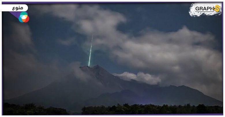 ضوء أخضر غامض فوق بركان