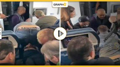 مسافر يحاول اقتحام قمرة قيادة طائرة