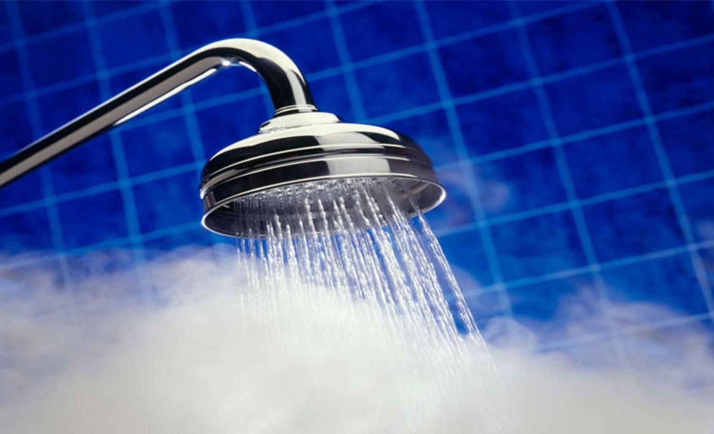 سكب الماء الساخن في الحمامات