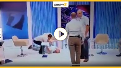 بالفيديو|| شجار عنيف بين مسؤولين على الهواء مباشرة وسط حالات إغماء في مولدوفا