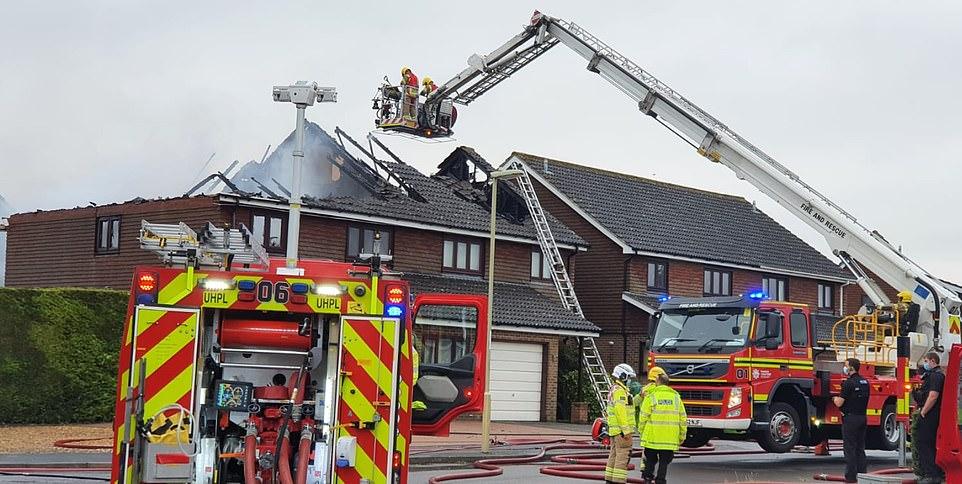 شاهد صواعق رعدية في بريطانيا مصحوبة بفيضانات عارمة.. مع تدمير المنازل بسبب الصواعق