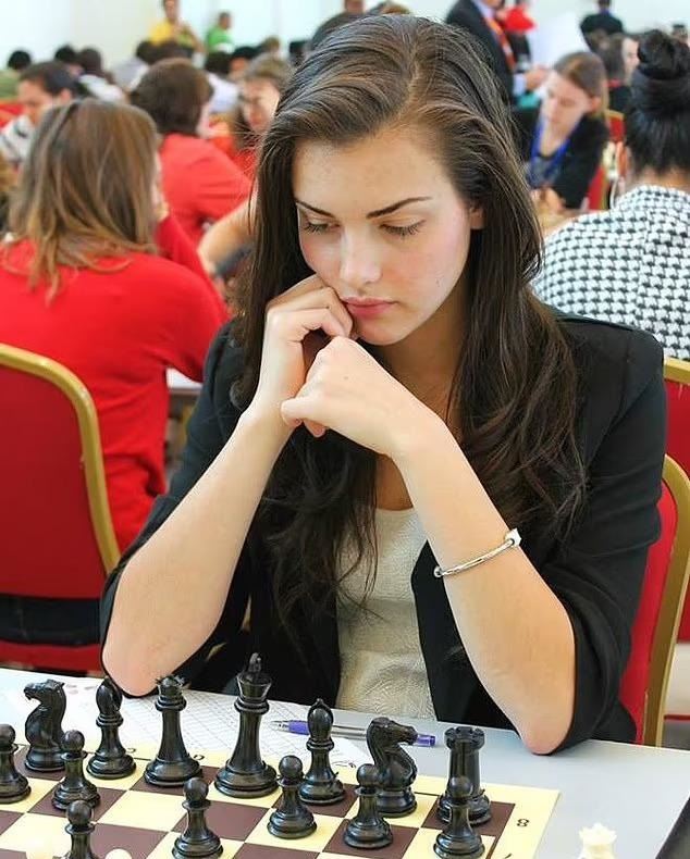 بطلة الشطرنج العالمية الشابة ألسكندرا بوتز