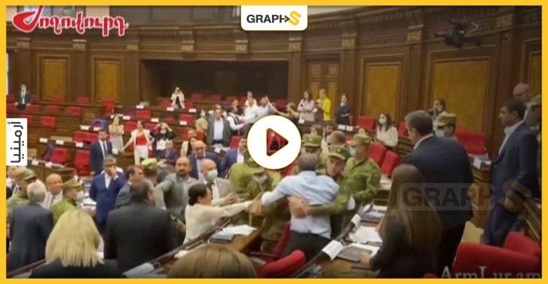بالفيديو   عراك وشغب وفوضى عارمة تسود جلسة البرلمان الأرميني