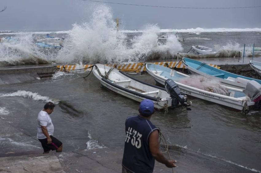 """""""أخبار العالم """"حرائق اليونان وكاليفورنيا متجددة ومستمرة..كندا تدرس قبول لاجئين أفغان.. إعصار غريس يضرب المكسيك بعد هايتي"""