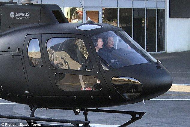 """""""هبط من السماء"""".. توم كروز يثير دهشة وفرحة عائلة بريطانية بنزوله بمروحيته في حديقة منزلهم"""