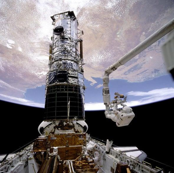 """بالفيديو   لحظات تحبس الأنفاس لرواد فضاء وهم مربوطون بأسلاك وهائمون في الفضاء لتأدية مهمة """"صعبة وحساسة"""""""