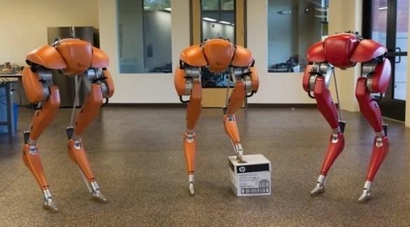 أول روبوت بذكاء اصطناعي خارق يجري مسافة 5كم بدون كاميرات وبشحنة واحدة نجح كاسي، وهو إنسان آلي يتكون من أرجل فقط في الجري لمسافة 5 كيلومترات بدون كاميرات وبعملية شحن واحدة. وتمكن مهندسو جامعة ولاية أوريغون من تدريب كاسي على جهاز محاكاة لتمكينه من الصعود والنزول على الدرج دون استخدام الكاميرات أو نظام LIDAR. والآن تمكن المهندسون من نفس الفريق من تدريبه على الجري باستخدام خوارزمية التعلم المعزز العميق.