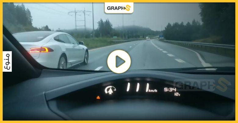 بالفيديو||مشهد يحبس الأنفاس لسيارة تسلا تنقذ مالكها من حادث مميت