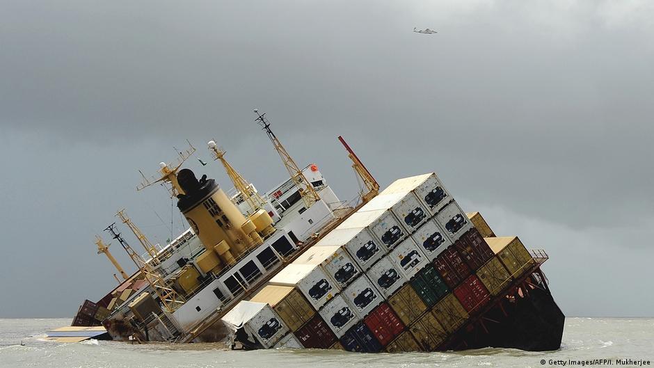 """بالفيديو   لحظة انشطار السفينة العملاقة البنمية """"كريمسون بولاريس"""" وغرقها قبالة الشواطئ اليابانية"""