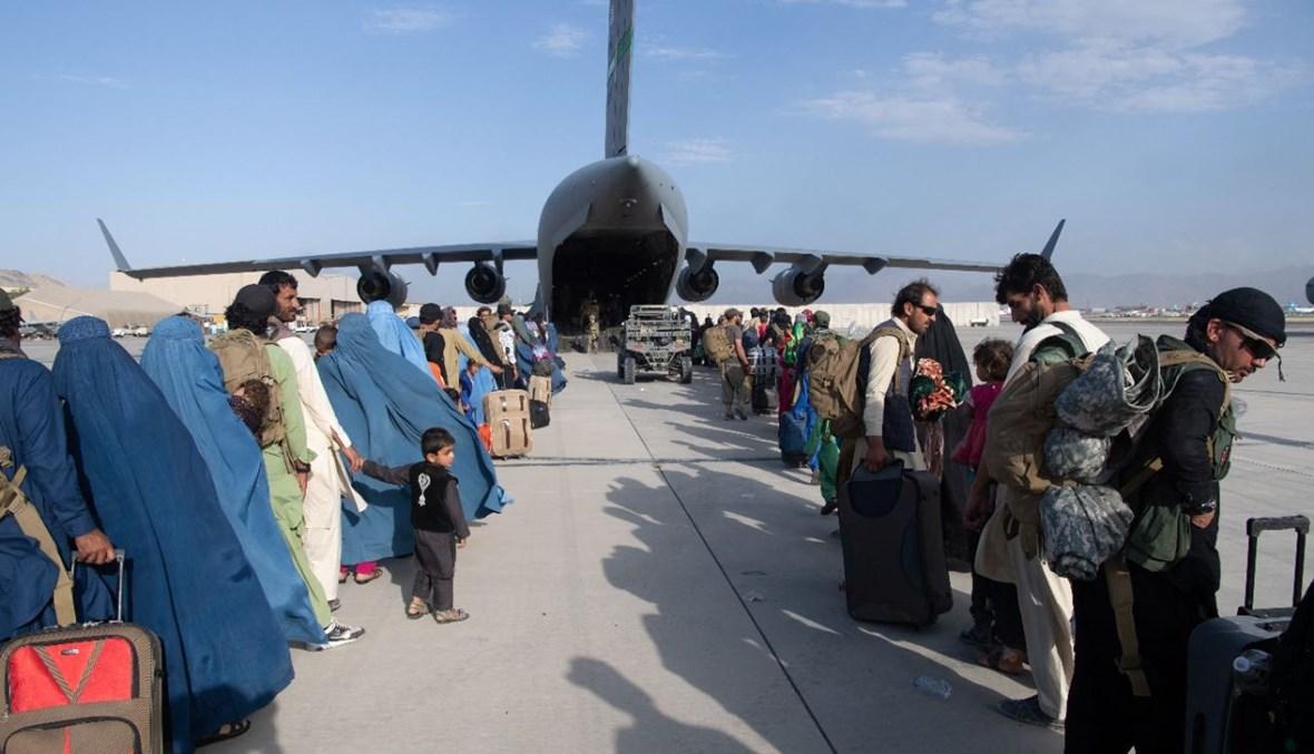 أملا في البحث عن مستقبل أفضل.. أفغان يكسرون أيديهم بهدف اللحاق بآخر عمليات الإجلاء من مطار كابول