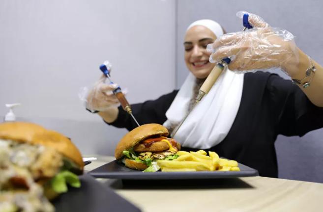 بأدوات طبية وأسماء علاجية.. أطباء يفتتحون مطعماً بالعاصمة السورية دمشق - فيديو وصور