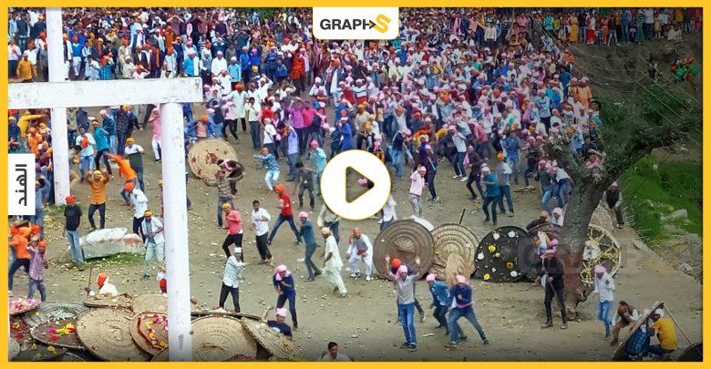 """بالفيديو   تقاليد غريبة في الهند.. معركة رمي الحجارة """"باغوال"""" أصابت 77 شخص في 7 دقائق"""