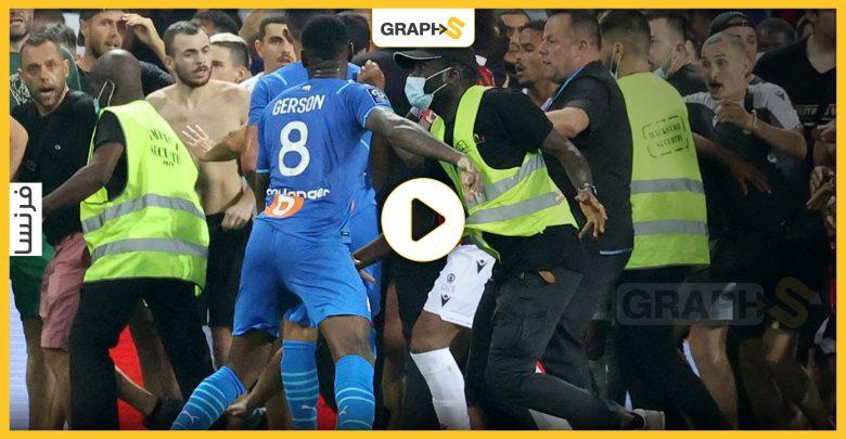بالفيديو|| في الدوري الفرنسي.. بسبب قارورة مياه انقلب الملعب إلى ساحة حرب
