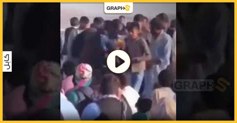 بالفيديو   فتاة أفغانية تلفظ أنفاسها منتظرة دورها بعمليات الإجلاء في مطار كابل ومسؤول بالناتو يوضح أسباب التأخير