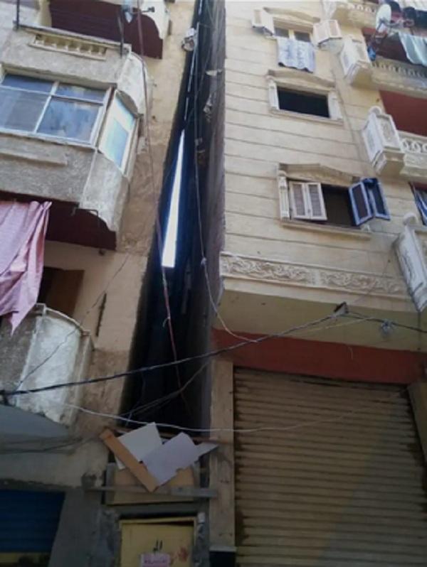 مبنى سكني يميل على آخر في مصر