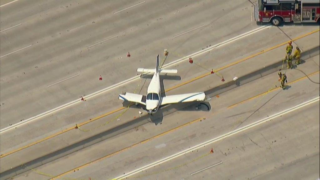 هبوط مفاجئ لطائرة على طريق سريع واصطدامها بسيارة سيدة أمريكية وحدوث أزمة -فيديو وصور