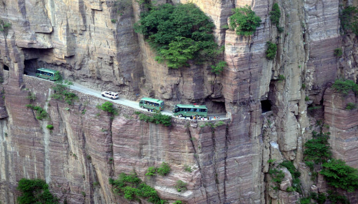 بالفيديو  تعرف على أخطر طريقين في العالم أحدهما بني على يد 13 عامل فقط