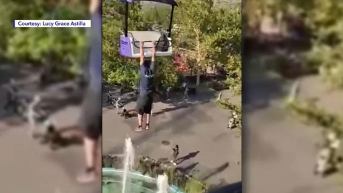 شاهد: نهاية مؤلمة بحق.. رجل يلهو بمدينة الألعاب ويتدلى في الهواء من مركبة شاهقة ويلقى مصرعه