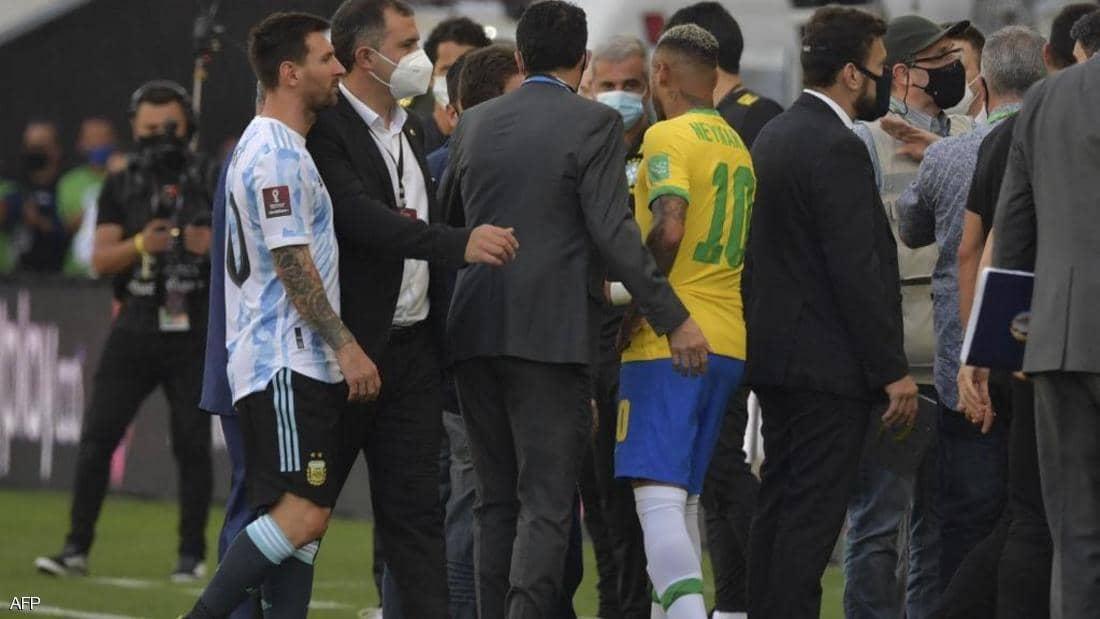 """واقعة تاريخية.. إيقاف مباراة البرازيل والأرجنتين.. وميسي يرد بغضب """"العالم كله يتفرج علينا""""- (فيديو وصور)"""