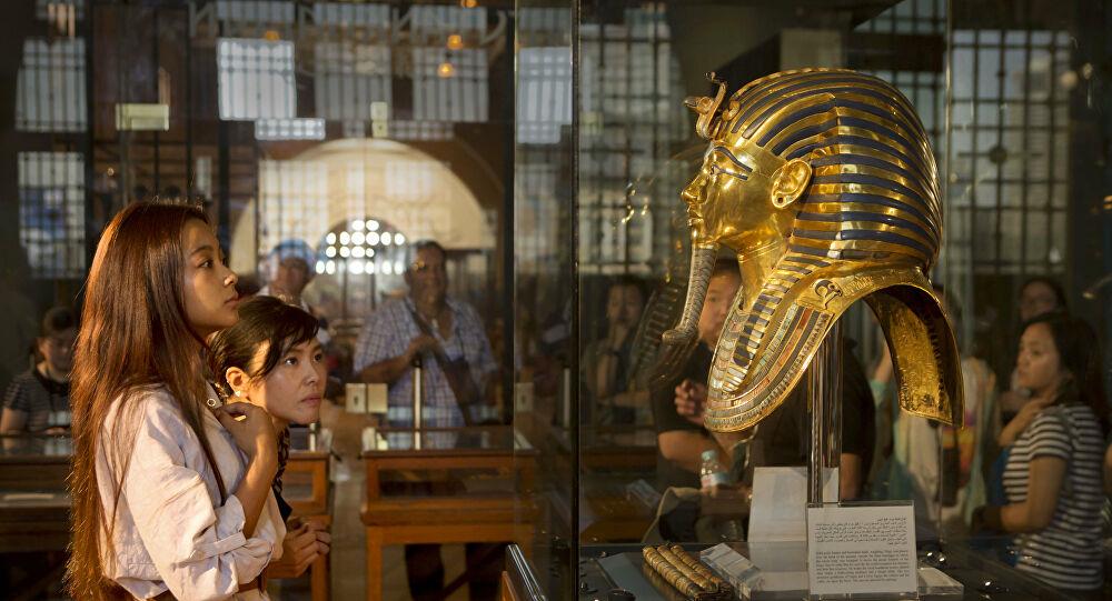 """""""أجمل وأغلى القطع الأثرية"""" قناع الملك الفرعوني توت عنخ آمون. تحفة لا مثيل لها ودقة في التصنيع عجز العلم عن تفسيرها- فيديو وصور"""