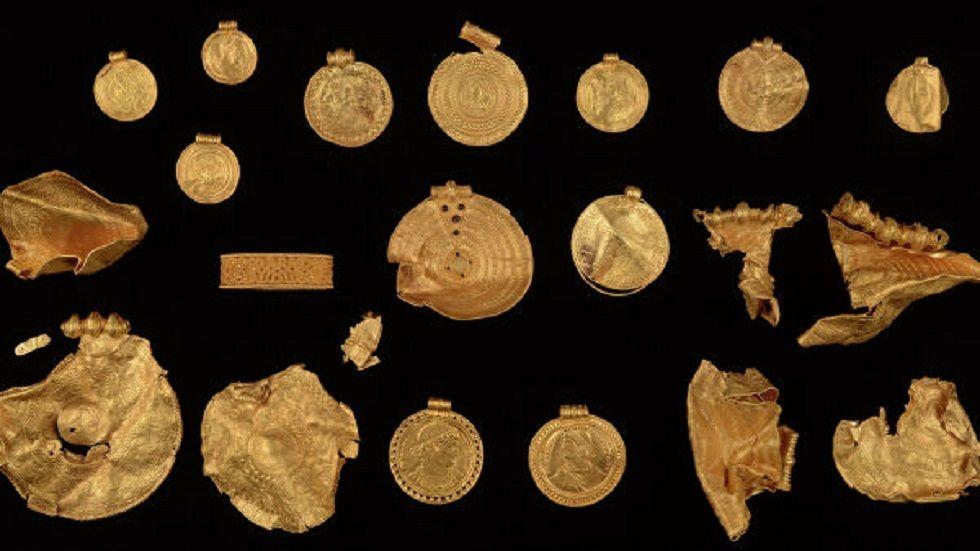 """""""بمحض الصدفة"""".. عالم آثار هاوٍ يعثر على كنوز ذهبية نادرة عمرها يزيد عن 1500 عام"""