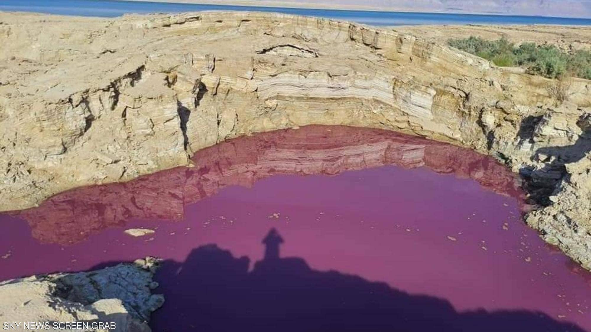 """الأردن.. ظهور مياه حمراء اللون """"غامضة ومجهولة المصدر"""" بالقرب من البحر الميت"""