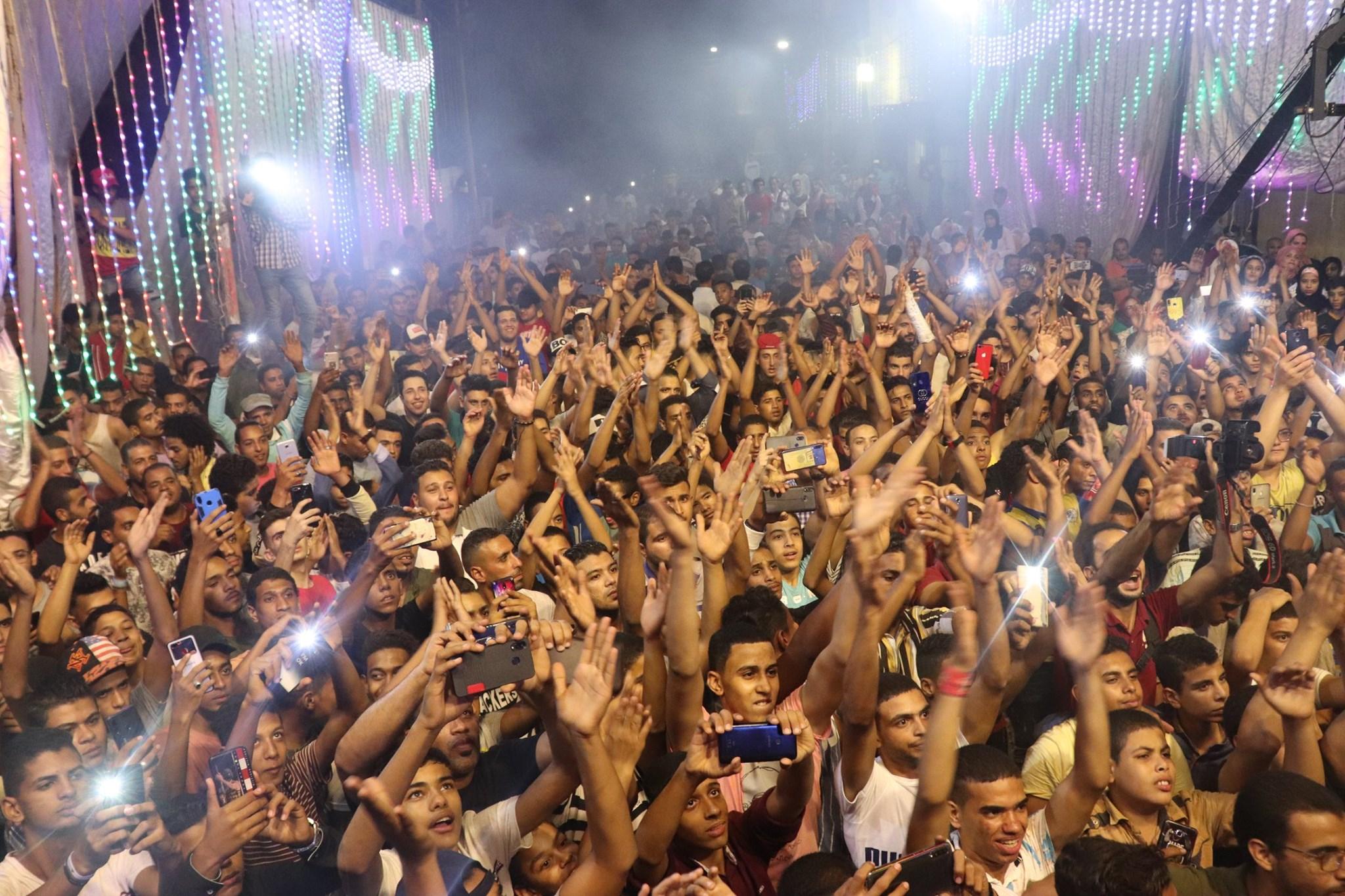 بالفيديو   في مصر.. شبان يرقصون على لمبات مكسرة شبه عراة في حي شعبي يثير ضجة كبيرة فما السبب؟