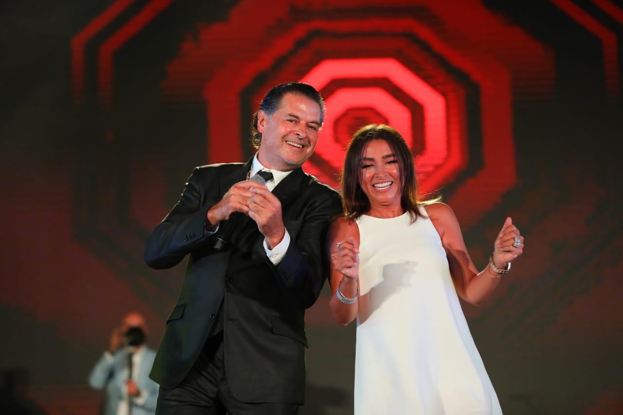 """مصر.. """"بفستانٍ قصير وكاشف"""" زوجة نقيب الفنانين ترقص مع راغب علامة – (فيديو وصور)"""