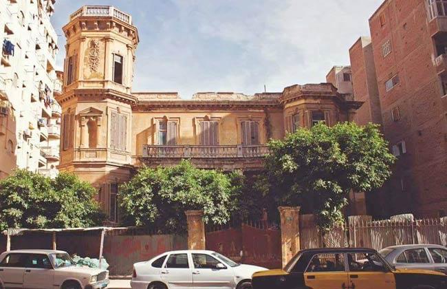 """قصة أشهر قصر """"مسكون """" في مصر.. صاحبه فنان شهير يروي تفاصيل 50 عام من ذكريات أسرته رفقة أشباحه – فيديو وصور"""