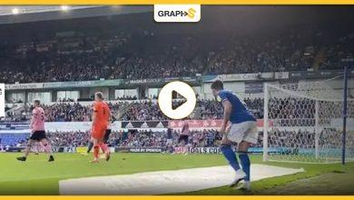 بالفيديو|| بطريقة عبقرية وطريفة.. لاعب كرة قدم إنجليزي يستخدم الحيلة لانقاذ فريقه من الخسارة في الوقت القاتل