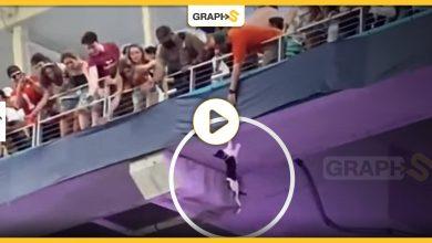 بالفيديو   في أمريكا.. قطة معلقة في الهواء تحير ملعب كرة قدم