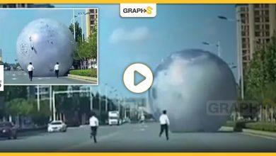 بالفيديو   كرة عملاقة تخرج عن السيطرة لتحدث فوضى عارمة في شوارع الصين