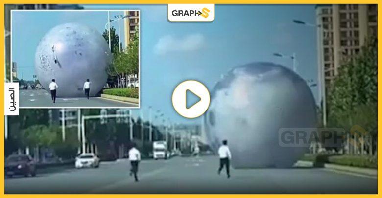 بالفيديو|| كرة عملاقة تخرج عن السيطرة لتحدث فوضى عارمة في شوارع الصين
