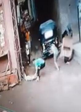 بالفيديو   لحظة إنقاذ صغير من موت محقق في شارع عام في مصر