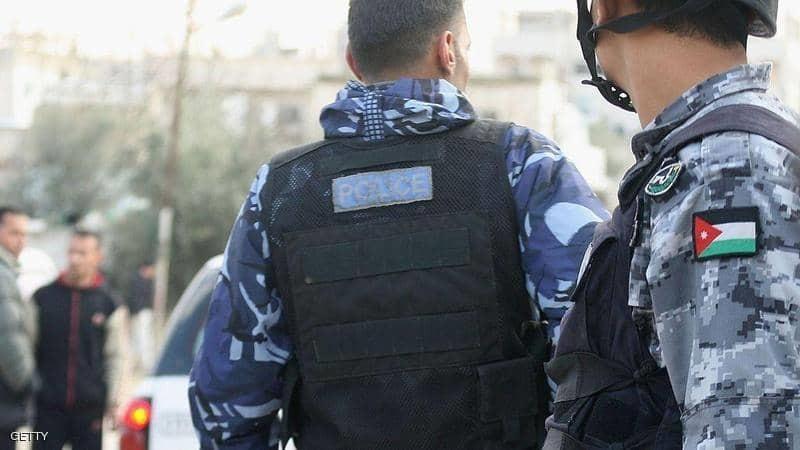 شاب أردني يحطم واجهة أحد البنوك في العاصمة عمان بشكل عنيف والسلطات تتدخل -فيديو
